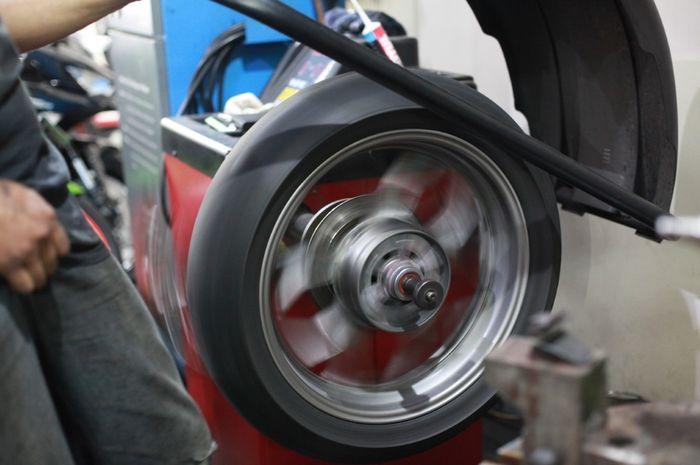 Alasan Wajib Rutin Balancing Pelek Motor Biar Aman